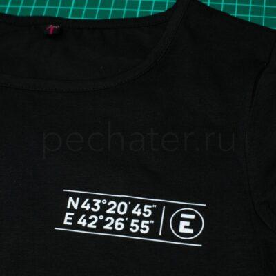 логотип на черной футболке