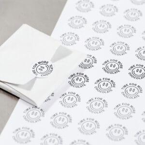 Круглые наклейки на бумаги