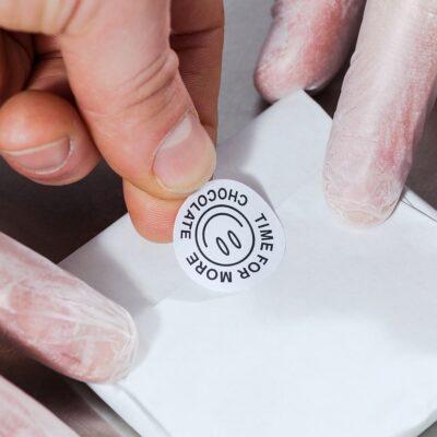 Круглые наклейки на бумаге в Москве
